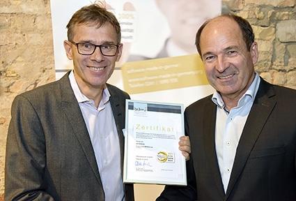 """ASPION Geschäftsführer Michael Wöhr nimmt Gütesiegel """"Software Made in Germany"""" von BITMi Vizepräsident Martin Hubschneider entgegen."""