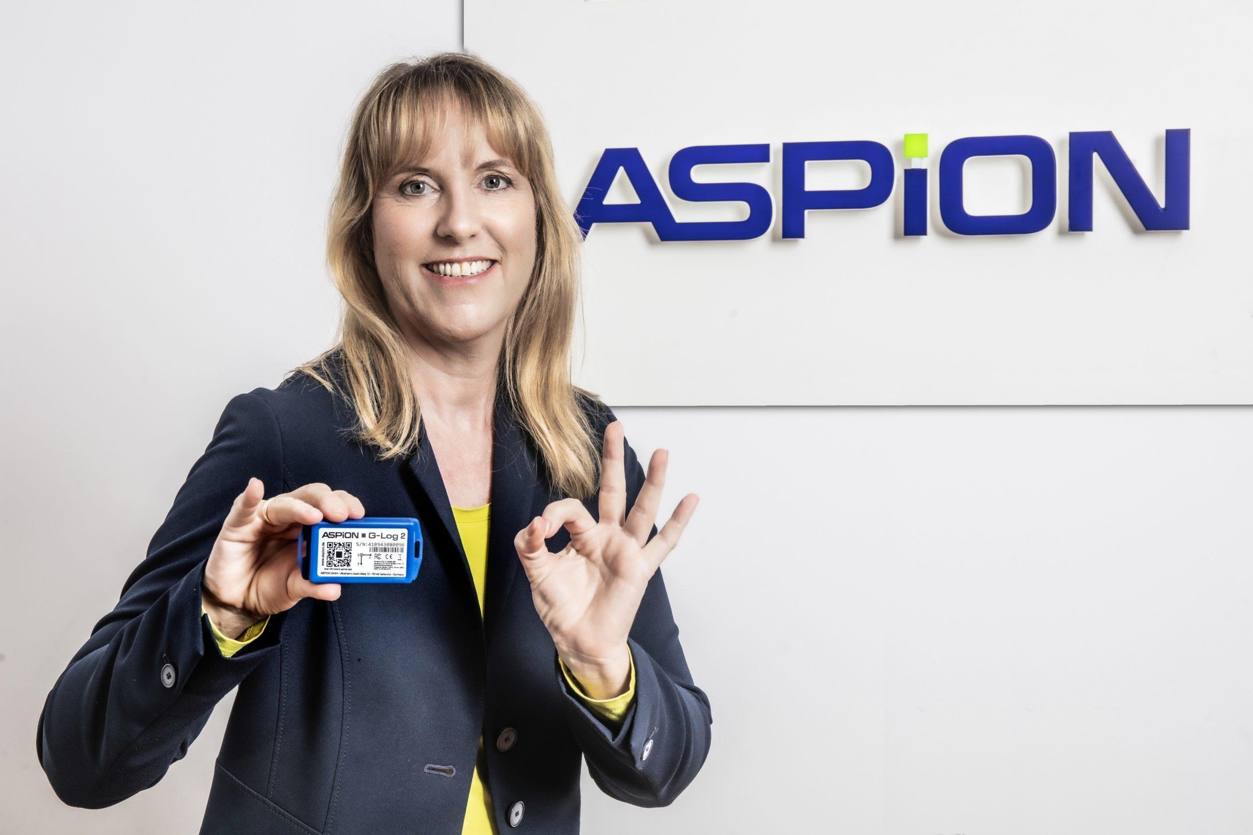 ASPION Geschäftsführerin Martina Wöhr mit dem Transportdatenlogger ASPION G-Log 2